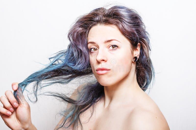 Jeune femme avec les cheveux endommagés colorés dans des tons en pastel images libres de droits