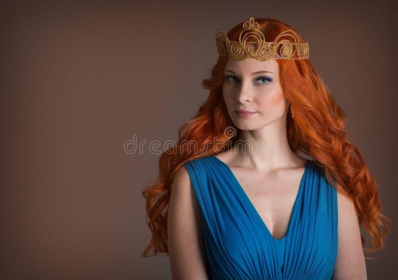 Jeune femme avec les cheveux rouges photos stock