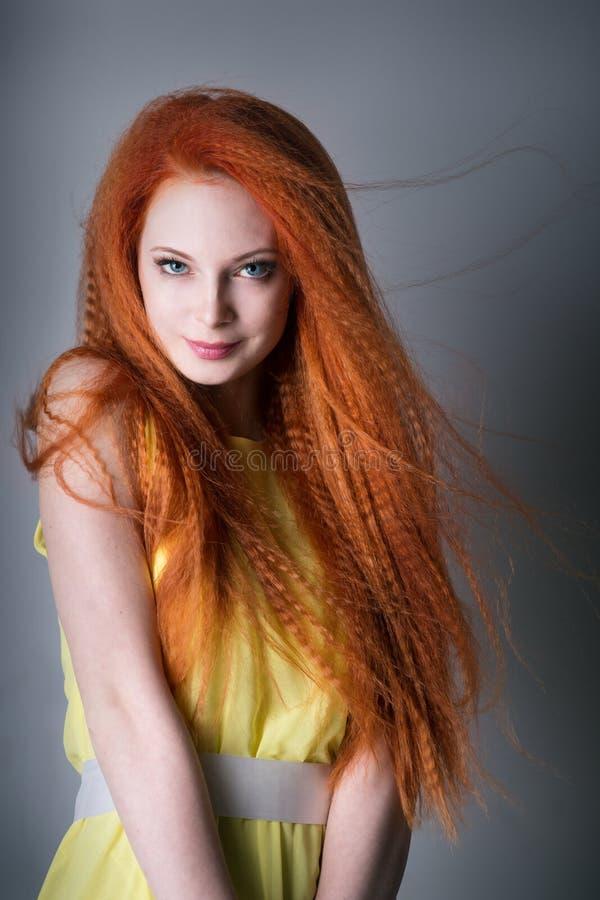 Jeune femme avec les cheveux rouges photographie stock