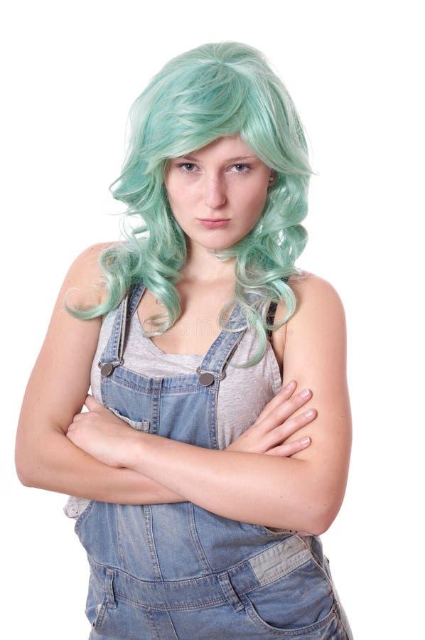 Jeune femme avec les cheveux verts boudant photo stock