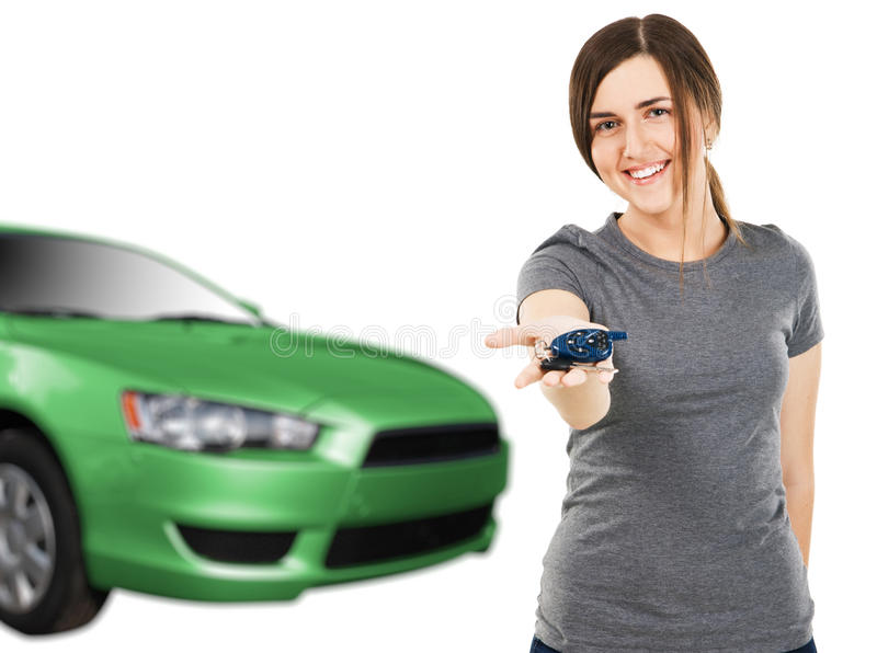 Jeune femme avec les clés de véhicule et l'automobile neuve images stock