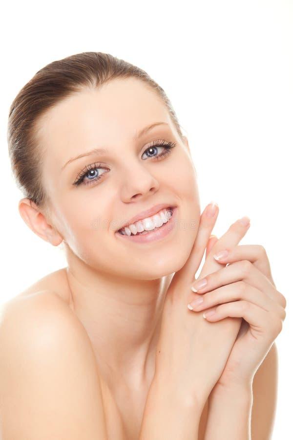 Jeune femme avec les dents saines et le beau sourire image stock