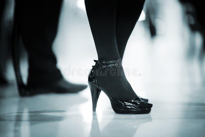 Jeune femme avec les jambes sexy à la noce photographie stock libre de droits