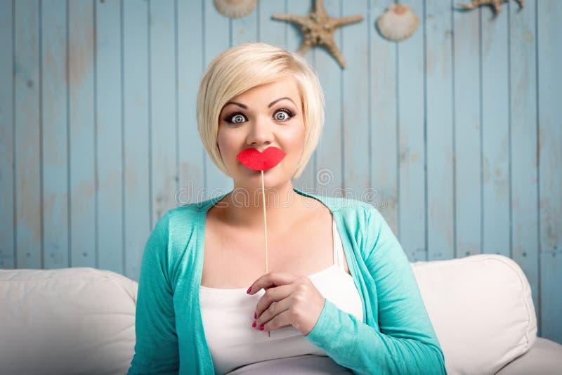 Jeune femme avec les lèvres fausses images stock