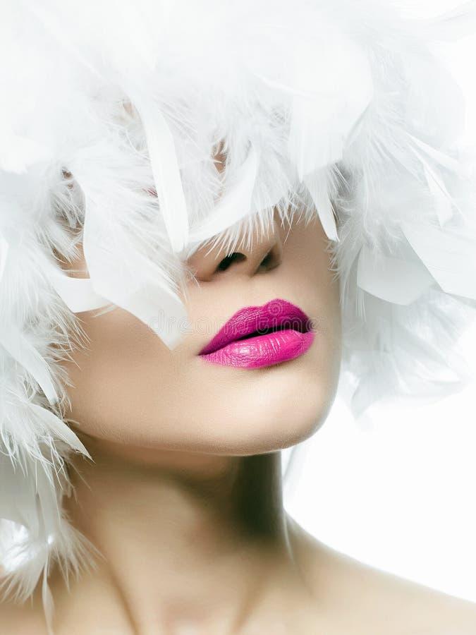 Jeune femme avec les lèvres roses photographie stock libre de droits