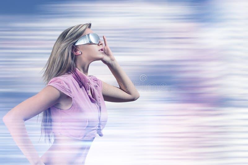Jeune femme avec les verres futuristes de réalité virtuelle photographie stock libre de droits