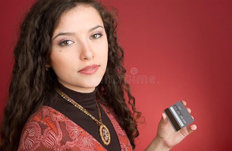 Jeune femme avec par la carte de crédit image stock