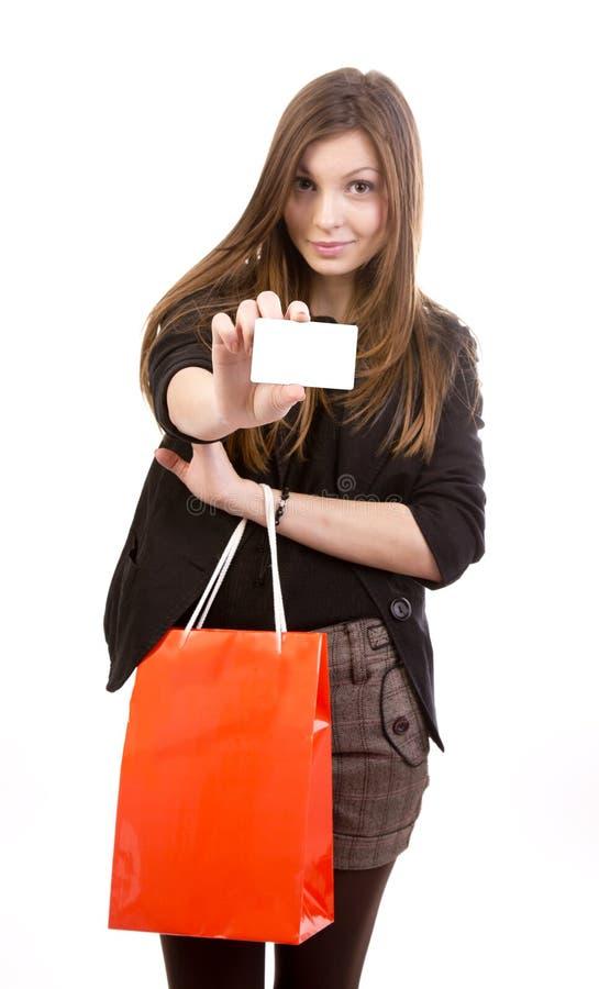 Jeune femme avec par la carte de crédit blanc photographie stock libre de droits