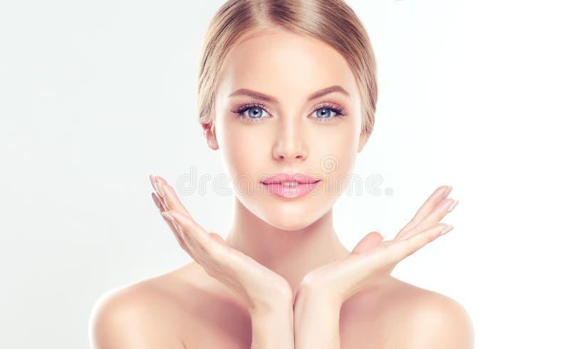 Jeune femme avec propre, frais, peau images libres de droits