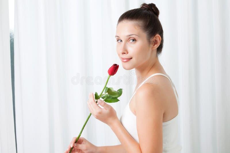 Jeune femme avec Rose photos libres de droits