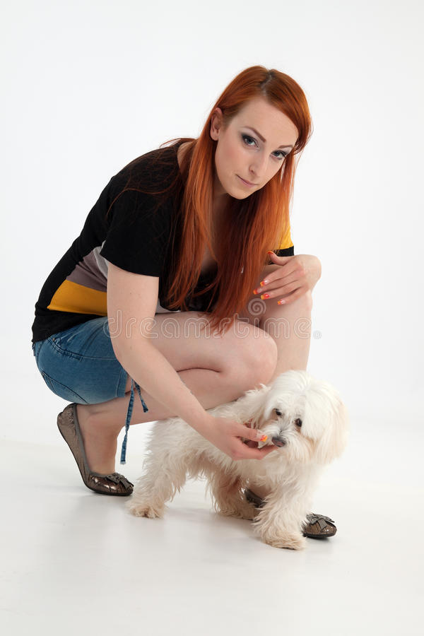 Jeune femme avec son crabot photo libre de droits
