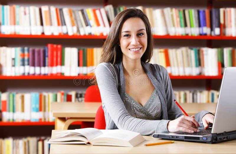Jeune femme avec son ordinateur portatif photos libres de droits