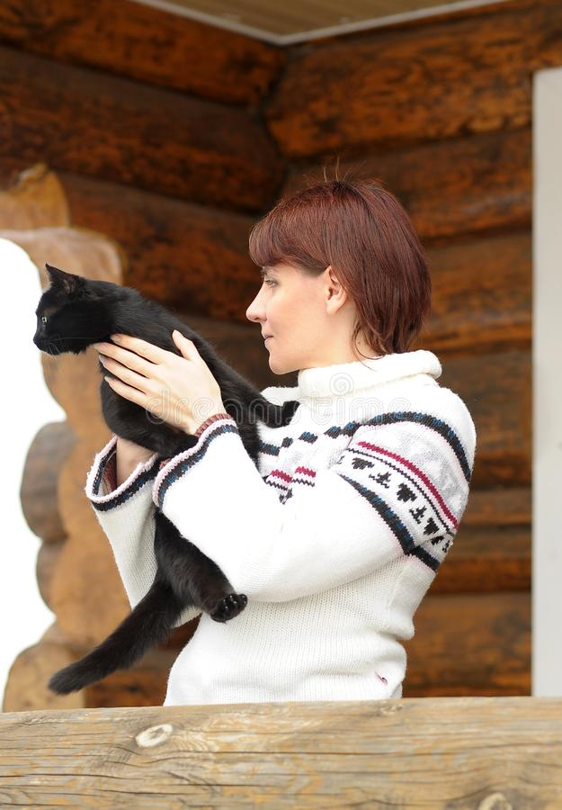 Jeune femme avec un chat noir images libres de droits