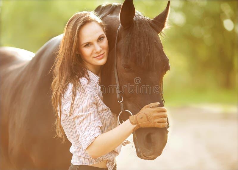 Jeune femme avec un cheval images stock