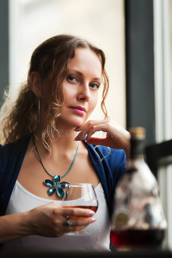 Jeune femme avec un cognac. image libre de droits