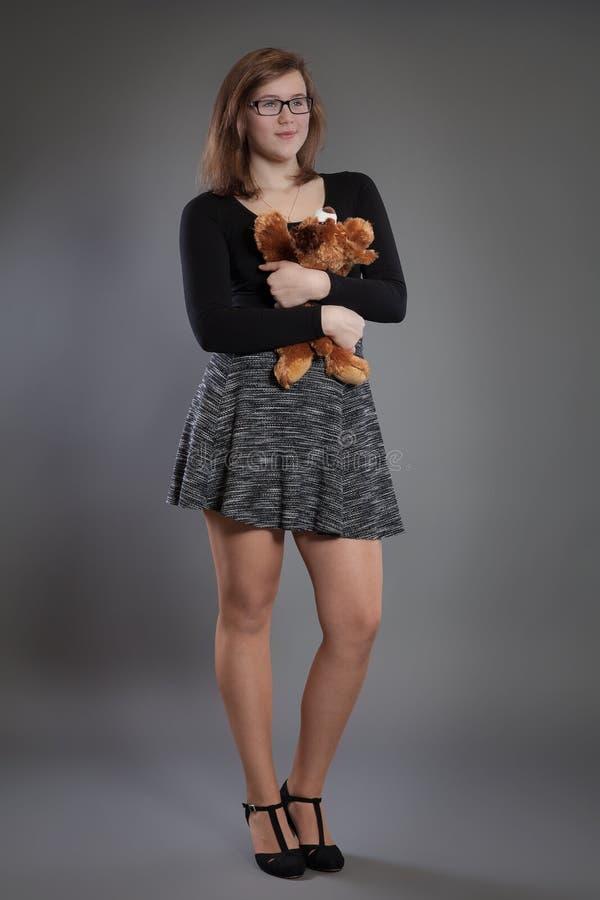 Jeune femme avec un jouet mou images stock