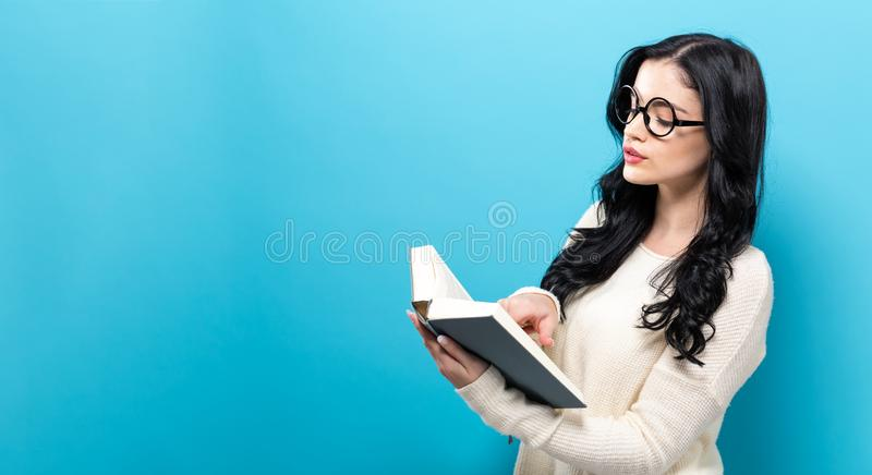 Jeune femme avec un livre photographie stock libre de droits