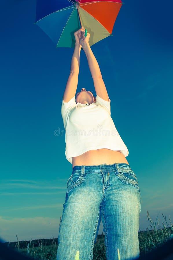 Jeune femme avec un parapluie photos stock