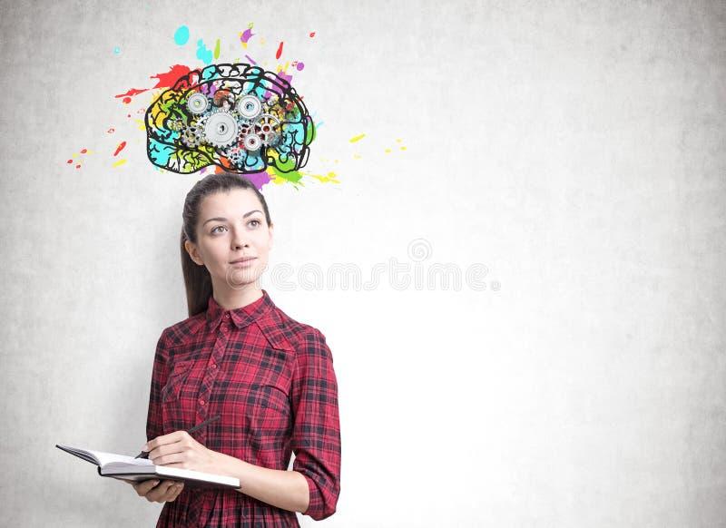 Jeune femme avec un planificateur, dents de cerveau image libre de droits