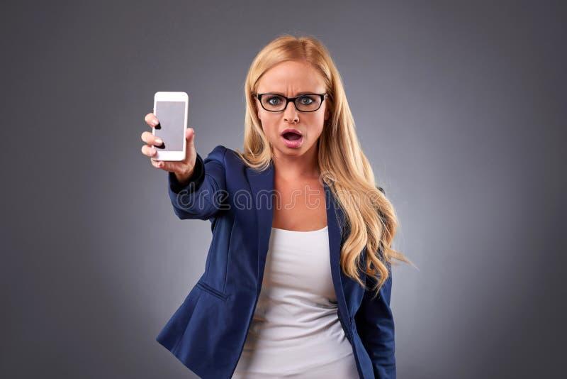 Jeune femme avec un téléphone photo libre de droits