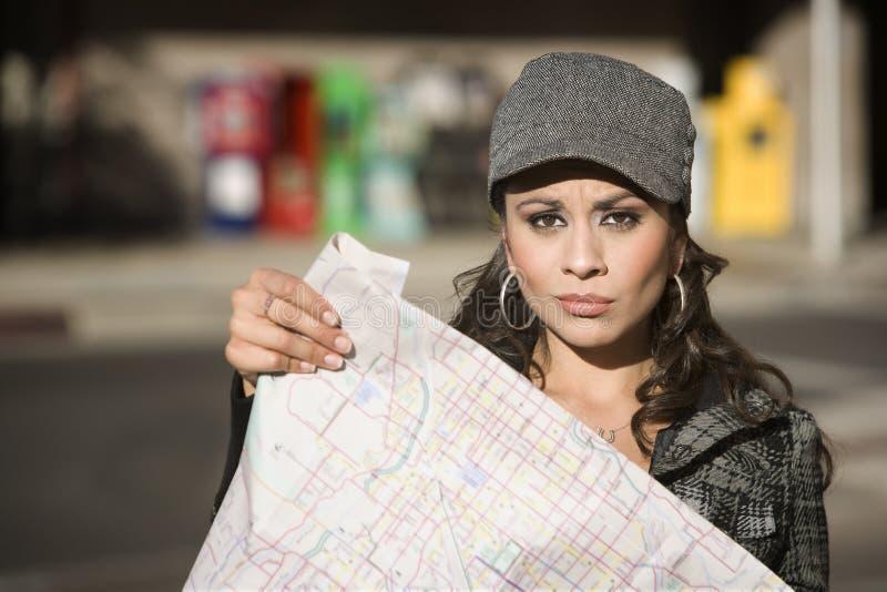 Jeune femme avec une carte photos stock