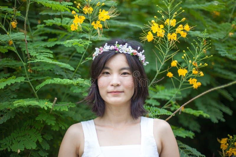 Jeune femme avec une couronne des fleurs photo libre de droits