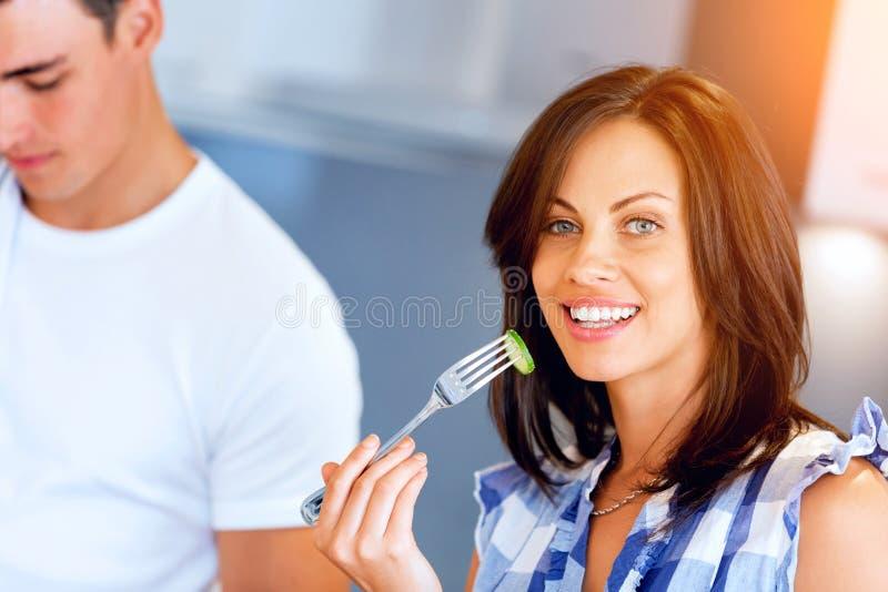 Jeune femme avec une fourchette photos stock