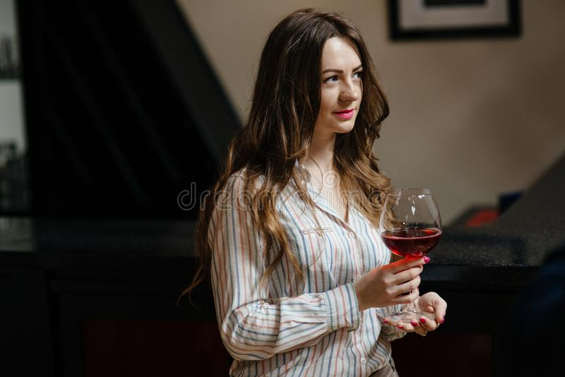 Jeune femme avec une glace de vin photo libre de droits