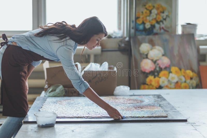 Jeune femme avec une mosaïque photos libres de droits