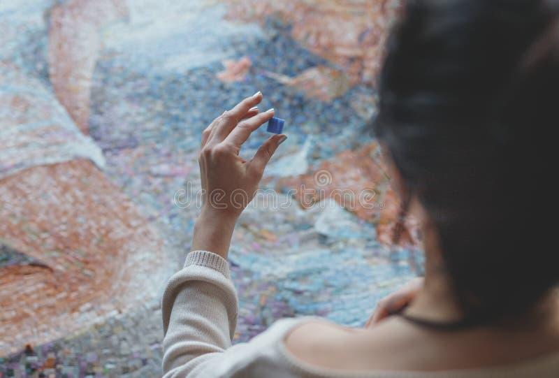 Jeune femme avec une mosaïque dans le studio images libres de droits