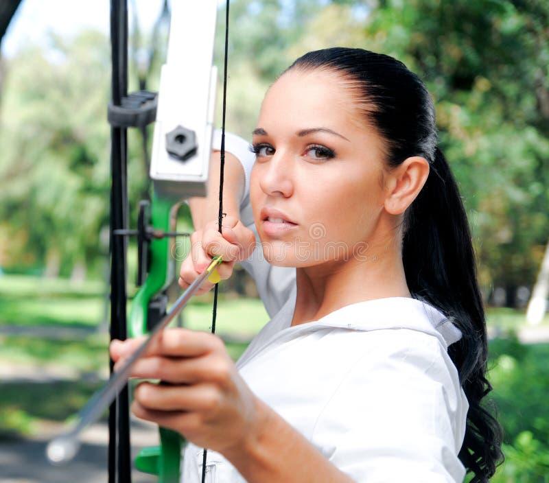 Jeune femme avec une proue et des flèches photographie stock libre de droits