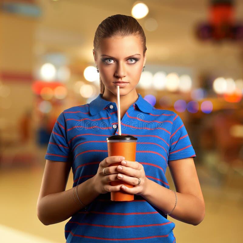 Jeune femme avec une tasse de papier photographie stock libre de droits