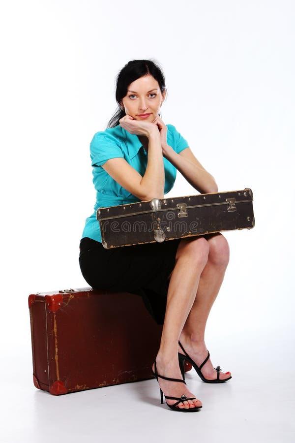 Jeune femme avec une vieille valise image stock