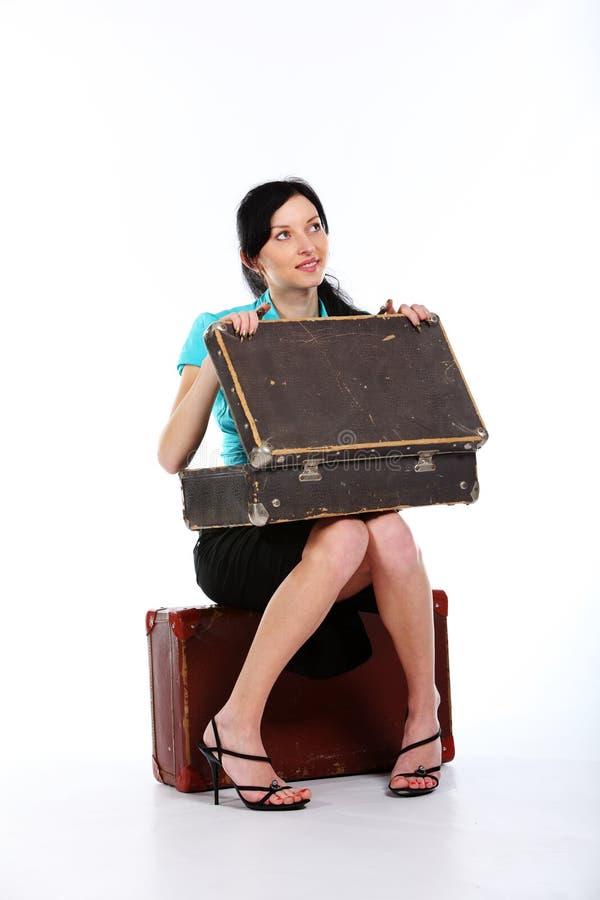 Jeune femme avec une vieille valise photo stock