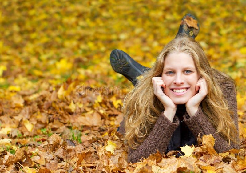 Jeune femme ayant l'amusement en automne images stock