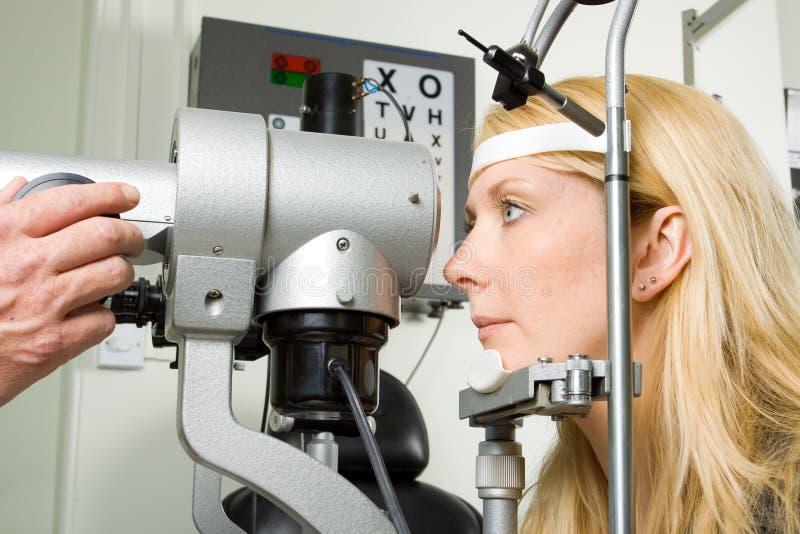 Jeune femme ayant l'essai d'oeil image stock