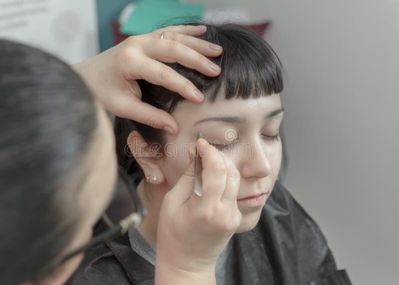 Jeune femme ayant la correction de sourcil image libre de droits