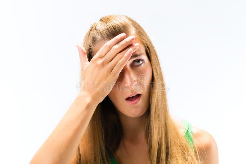 Jeune femme ayant le mal de tête image libre de droits