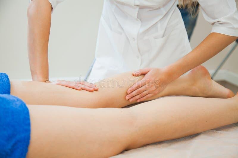 Jeune femme ayant le massage au salon de station thermale de beauté image libre de droits