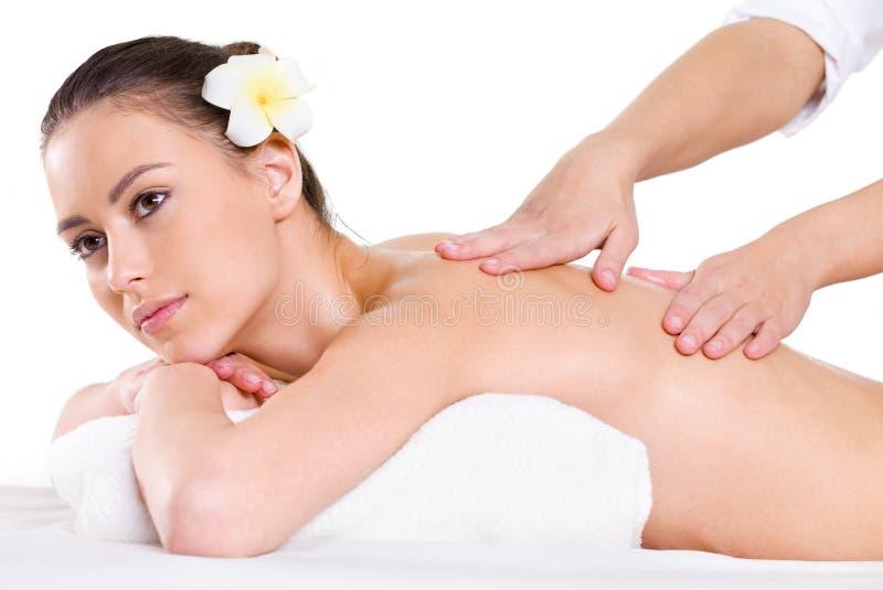 Jeune femme ayant le massage sur elle en arrière photo stock