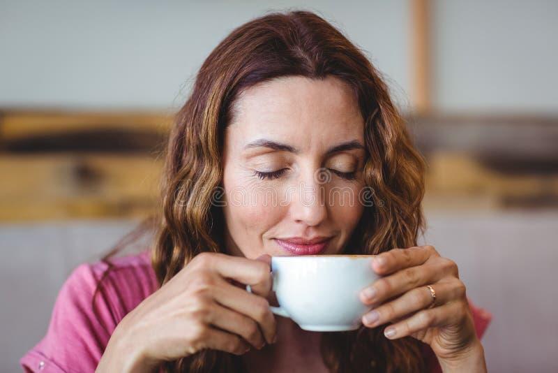 Download Jeune femme ayant un café image stock. Image du cafétéria - 56486553