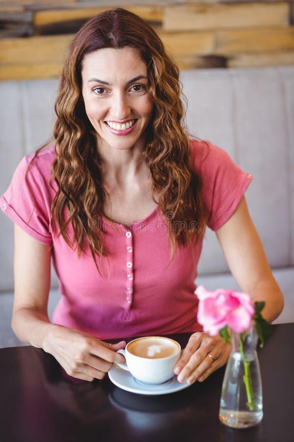 Download Jeune femme ayant un café photo stock. Image du nourriture - 56486734