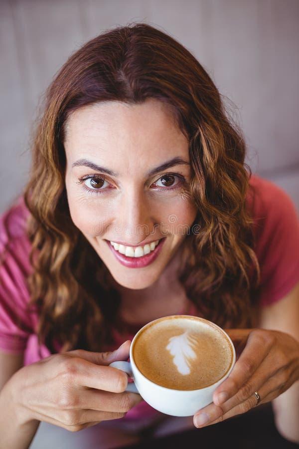 Download Jeune femme ayant un café photo stock. Image du personne - 56487254