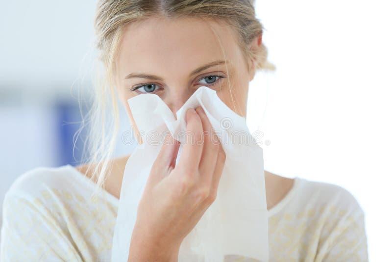 Jeune femme ayant un rhume photos stock