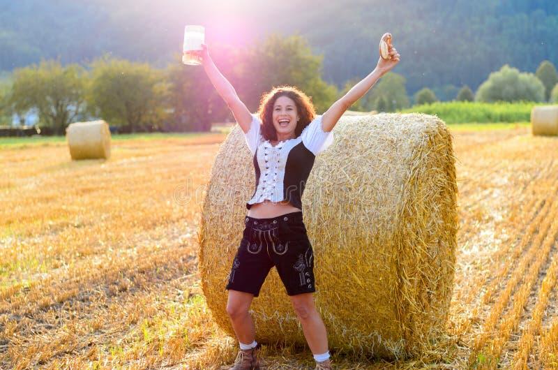 Jeune femme bavaroise célébrant Oktoberfest images stock