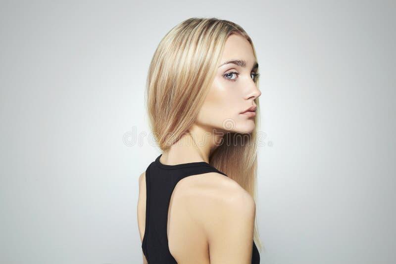 Jeune femme blond avec des œil bleu Belle fille blonde images libres de droits