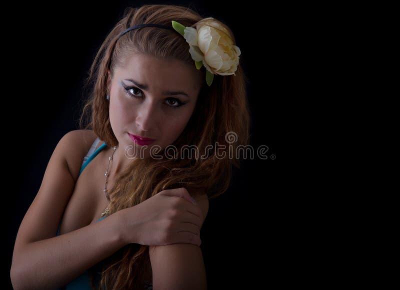 Jeune femme blond avec la fleur dans son cheveu photo stock