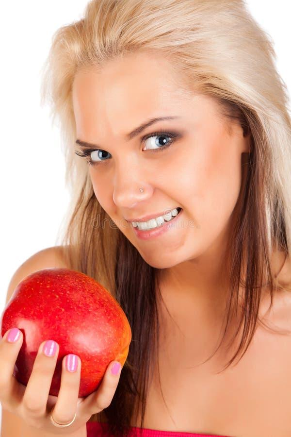 Jeune femme blond avec la pomme photographie stock libre de droits