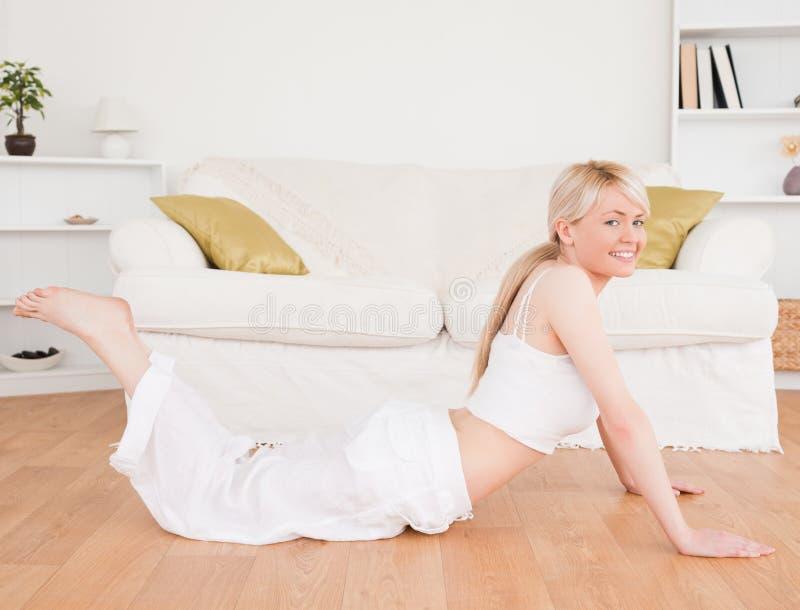 Jeune femme blond-haired faisant des exercices de forme physique photographie stock libre de droits