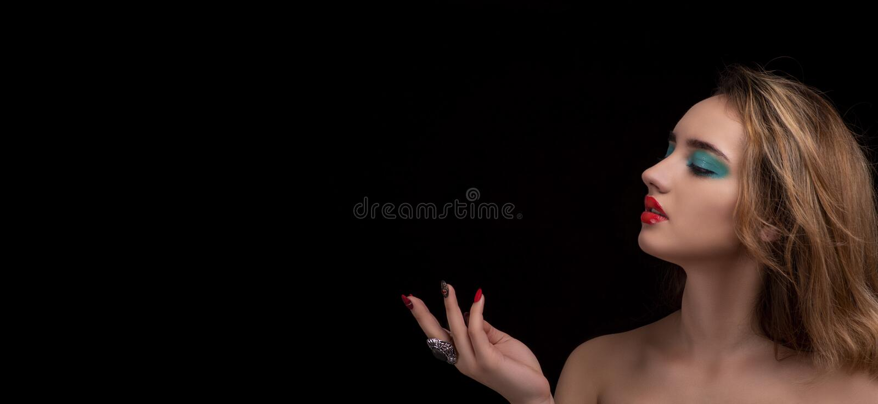 Jeune femme blonde attirante avec le maquillage élégant lumineux Yeux colorés de Smokey avec l'effet humide de paupière Portr image libre de droits